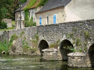 Asnières-sur-Vègre - Old Romanesque bridge spanning over River Vègre, and houses of the medieval village
