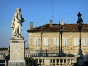 Auch - Statue of the Étigny steward, lampposts and facade of a house