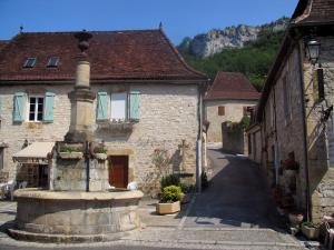 Autoire - Fountain and houses of the village, in the Quercy