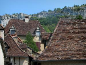 Autoire - Roofs of the houses of the village with view of cliffs, in the Quercy