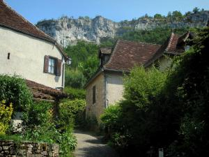 Autoire - Houses of the village with view of cliffs, in the Quercy