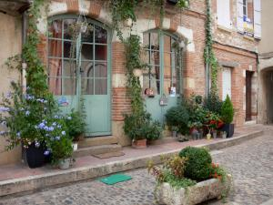 Auvillar - Facade of a house decorated with plants and flowers