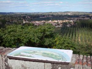 Auvillar - Viewpoint indicator (where the old castle used to stand) with a view (panorama) of the Garonne valley