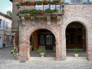 Auvillar - Flower-bedecked balcony of a arcaded house