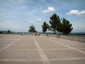 Avignon - Doms rock: large esplanade, trees and clouds