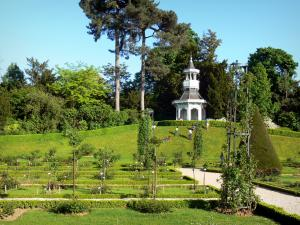 Bagatelle park - Kiosk overlooking the rose garden
