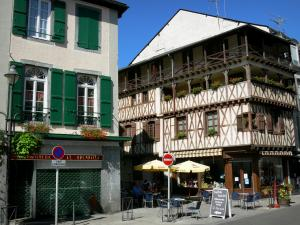 Bagnères-de-Bigorre - Spa town: houses, one half-timbered, and café terrace in the old city