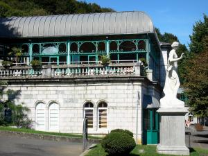 Bagnères-de-Bigorre - Spa town: thermal baths (Thermes) and statue
