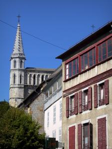 Bagnères-de-Bigorre - Spa: bell tower of Saint-Vincent church and facades of houses