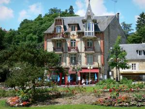 Bagnoles-de-l'Orne - Villa and flowerbeds of the spa town