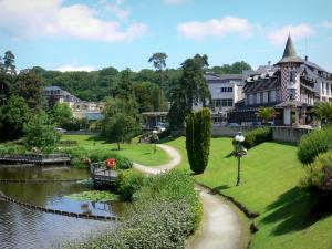 Bagnoles-de-l'Orne - Walk along the lake and the villas of the spa town