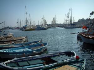 Bandol - Colourful boats and sailboats in the port