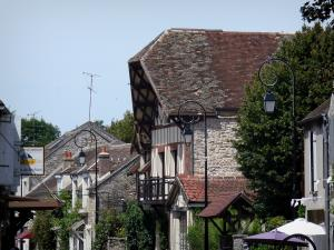 Barbizon - Houses and lampposts in the village