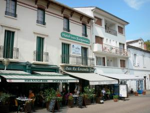 Barbotan-les-Thermes - Spa town (in Cazaubon): terrace restaurant and facades of houses in the Avenue des Thermes