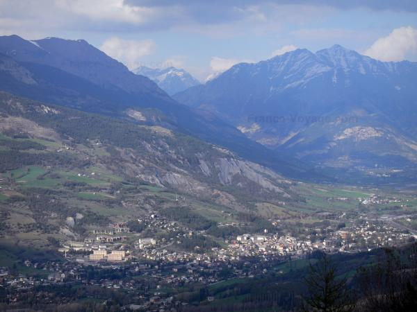 Barcelonnette - Ubaye valley: view of the city and its surrounding mountains