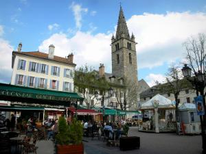 Barcelonnette - Manuel square: Cardinalis tower (Clock tower), houses, café terraces and ride