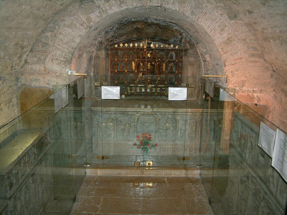 La basilique de Saint-Maximin-la-Sainte-Baume - Basilique de Saint-Maximin-la-Sainte-Baume: Intérieur de la basilique Sainte-Marie-Madeleine : sarcophages de la crypte