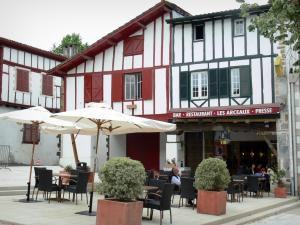 La Bastide-Clairence - Café terrace and half-timbered houses of the Place des Arceaux square