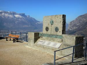 Bastille fort - Bastille (in the town of Grenoble): Géologues (Geologists) terrace: memorial stone and panoramic viewpoint of Grenoble, the Isère valley and the surrounding mountains