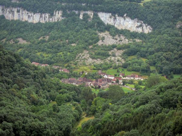 Baume-les-Messieurs - Baume cirque, cliffs, houses of the village and trees