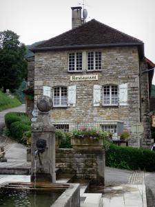 Baume-les-Messieurs - Fountain, flowers and stone house