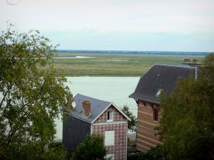 Bay of Somme - Saint-Valery-sur-Somme: villas and trees with view of the bay
