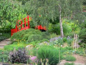 Bayonne - Botanical garden: red bridge in the Parfum d'Asie district