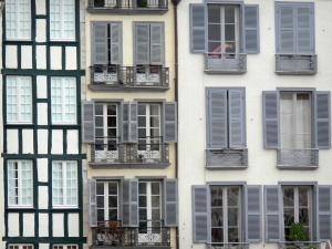 Bayonne - Facades of houses in the old Bayonne