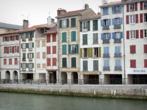 Bayonne - Facades of houses on the Galuperie quay and River Nive