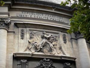 Beaucaire - Sculptures on the facade of Notre-Dame-des-Pommiers church
