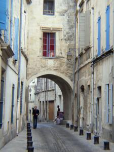 Beaucaire - Alley lined with houses in the old town