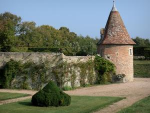 Beauvoir castle - Garden of the castle; in the town of Saint-Pourçain-sur-Besbre, in Besbre valley