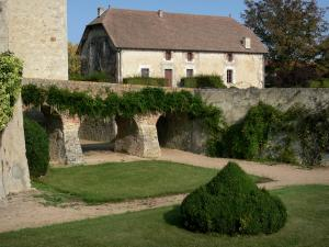 Beauvoir castle - Garden, bridge and outbuilding of the castle; in the town of Saint-Pourçain-sur-Besbre, in Besbre valley