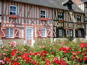 Le Bec-Hellouin - Bloming roses and facades of half-timbered houses in the village