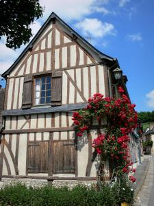 Le Bec-Hellouin - Facade of a house with wood sides decorated with a climbing rose bush