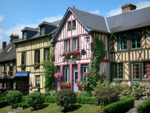 Le Bec-Hellouin - Facades of flower-bedecked half-timbered houses