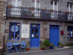 Bécherel - Book capital: bookshop and house with blue doors and windows