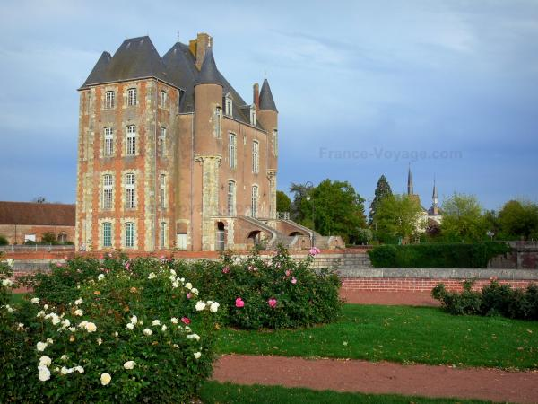 Bellegarde castle - Keep of the château and rosebushes (roses) of the public garden
