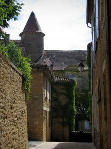 Belvès - Narrow street of the medieval town, in Black Périgord