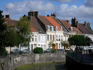 Bergues - Facades of houses, trees and canal