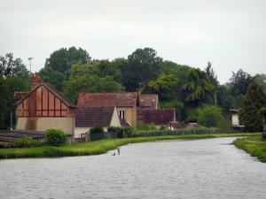 Berry canal - Houses and trees on the edge of the canal