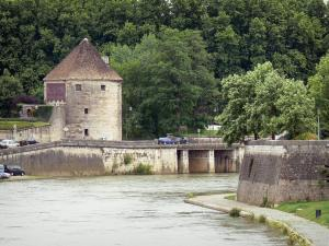 Besançon - Pelote tower, the River Doubs, banks and trees