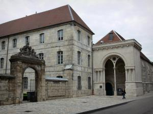 Besançon - Former Saint-Esprit hospital (former Saint-Esprit orphanage) and portal of the Saint-Esprit temple