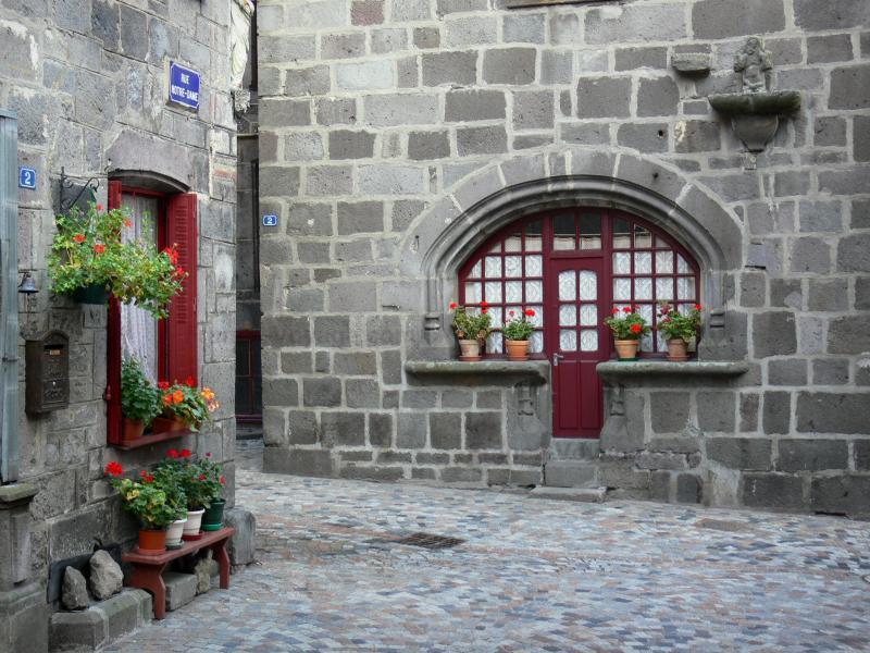 Des fenêtres d'hier et d'aujourd'hui. - Page 4 Besse-saint-anastaise-16378_w800