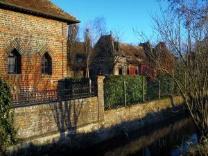 Beuvron-en-Auge - Brick-built part of the old manor house and river in the Pays d'Auge area