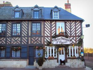 Beuvron-en-Auge - Half-timbered houses and a café in the Pays d'Auge area