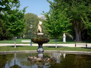 Béziers - Poètes plateau (garden): lake, sculpture, trees, lampposts, benches, path and lawns