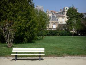 Béziers - Poètes plateau (garden): bench, lawn, trees and buildings