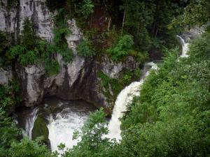Billaude waterfall - Waterfall, rock faces, shrubs and trees