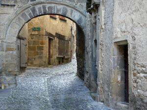 Billom - Medieval city (medieval area): Door, paved street and facades of houses